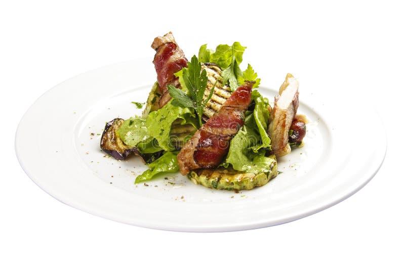 Salade ?Warsteiner ? Warme salade met geroosterd bacon, courgette en aubergine royalty-vrije stock afbeelding