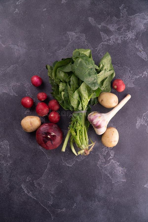 Saladebladeren, knoflook, roodachtig, aardappel, en ui op geweven oppervlakte, hoogste mening Gezonde voeding en voedingssamenste royalty-vrije stock foto's