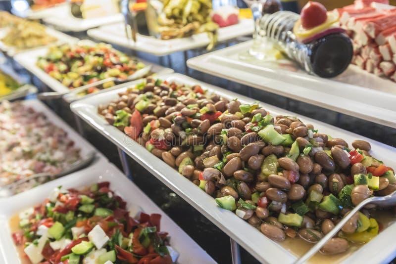 Saladebuffet met een verse boonsalade in nadruk stock afbeeldingen