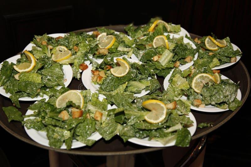 Salades de César sur un plateau photographie stock
