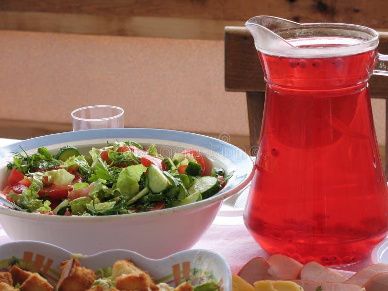 Salades et jus image libre de droits