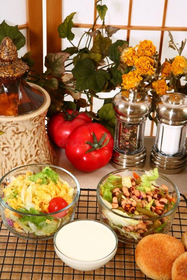 Salades et rectification crémeuse photographie stock