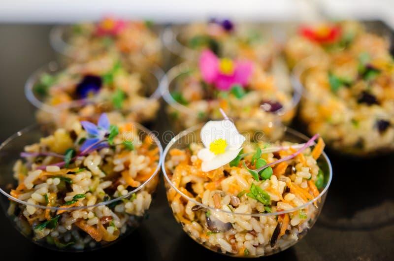 salades mélangées de riz de Morsure-taille images stock