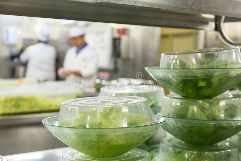 Salades Prepped met Chef-koks op Achtergrond royalty-vrije stock foto