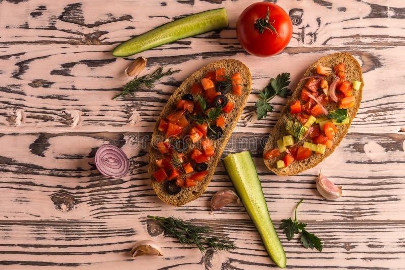 Saladesandwiches, tomatensalade met olijven en komkommer groen stock foto