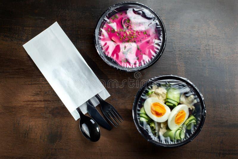 Saladevakje voor levering met houten lijst Salade Doos royalty-vrije stock afbeelding