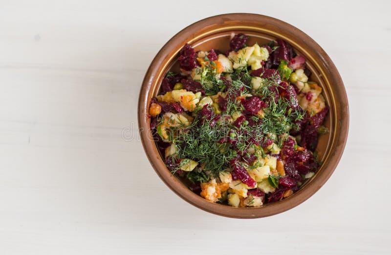 Saladevinaigrette op de plaat op de lijst royalty-vrije stock foto's
