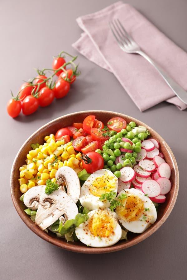 saladier avec tomate, oeuf, maïs, radeau et bol de pois- buddha images libres de droits
