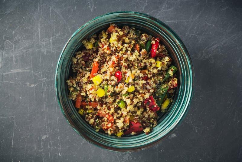Saladier de quinoa avec les légumes colorés : haricots verts, carotte, maïs, paprika, pois Alimentation saine, concept de nourrit image stock
