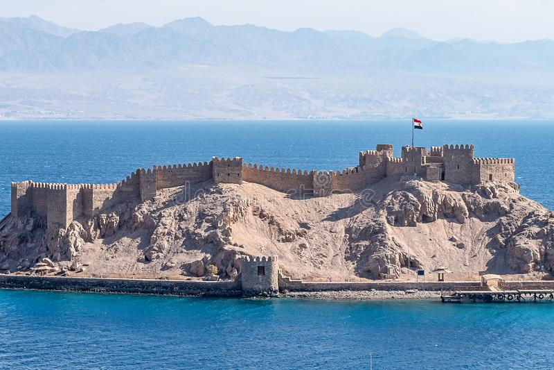Salah El Din Citadel forte militare antica su una piccola isola sulle rive del Mar Rosso in Sinai immagini stock libere da diritti