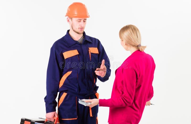 Salaire de cliente de femme à l'homme dans le casque, d'isolement sur le blanc images stock