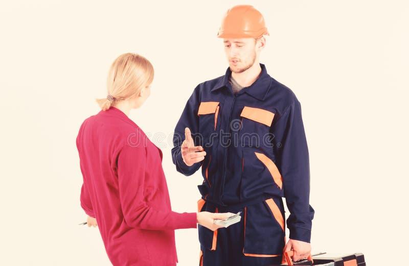 Salaire de cliente de femme à l'homme dans le casque, d'isolement sur le blanc image libre de droits