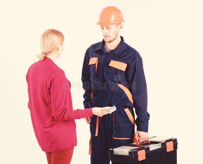 Salaire de cliente de femme à l'homme dans le casque, d'isolement sur le blanc photos stock