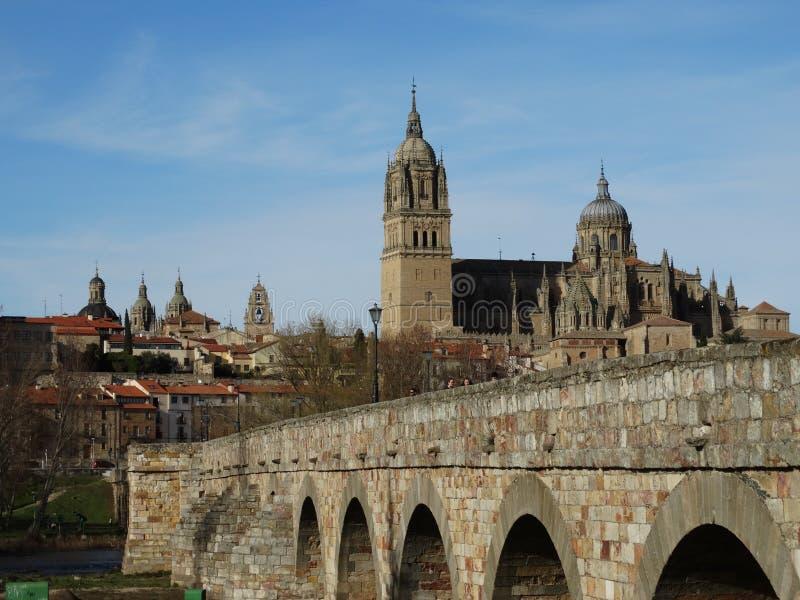 Salamanca, España puente romano antiguo para cruzar el río en Salamanca fotografía de archivo