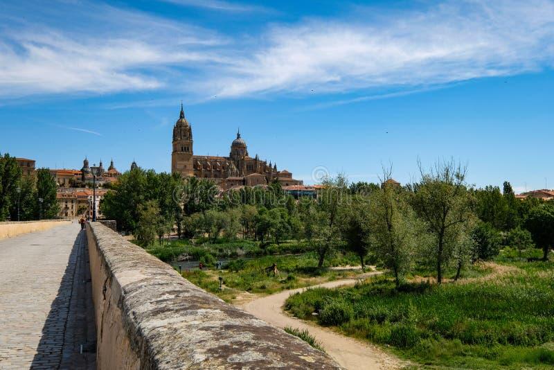 Salamanca zoals die van zijn oude brug wordt gezien royalty-vrije stock afbeelding