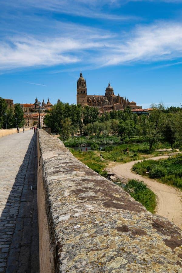 Salamanca zoals die van zijn oude brug wordt gezien royalty-vrije stock afbeeldingen
