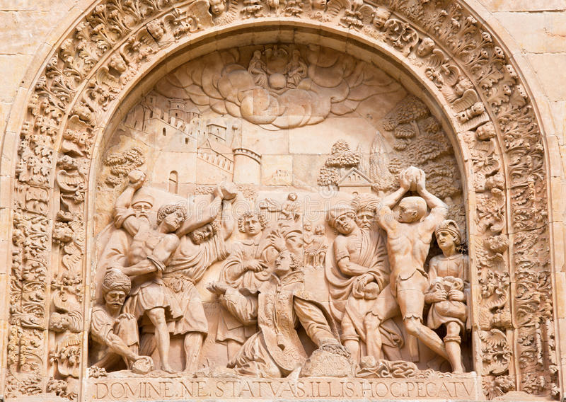 SALAMANQUE, ESPAGNE : Lapidate de St Stephen comme détail de portail de Convento de San Esteban image stock