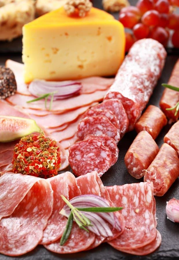 Salame dell'antipasto e disco di approvvigionamento del formaggio fotografie stock libere da diritti
