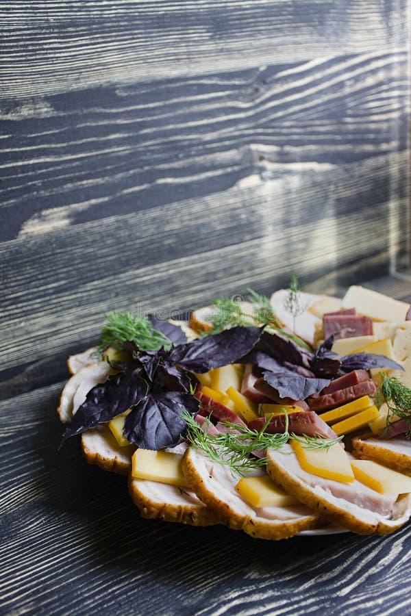 Salame, presunto e salada cortada e vegetais do queijo Espremendo a salsicha e a carne curada em uma tabela festiva foto de stock royalty free