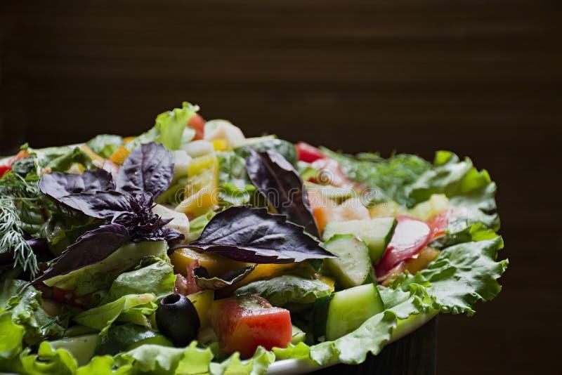 Salame, presunto e salada cortada e vegetais do queijo Espremendo a salsicha e a carne curada em uma tabela festiva imagem de stock royalty free