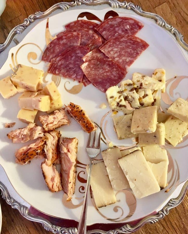 Salame, salmão fumado, e placa de queijo fotografia de stock royalty free