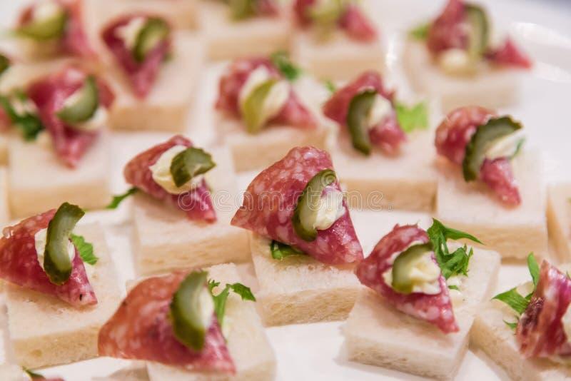 Salami Canape mit Essiggurke auf weißer Platte lizenzfreies stockfoto