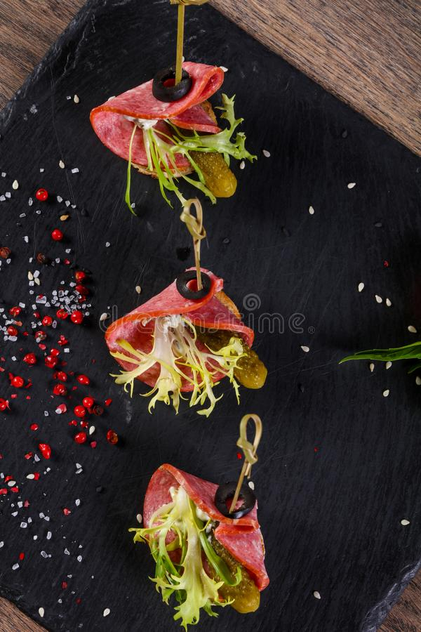Salami canape z ogórkiem zdjęcie stock