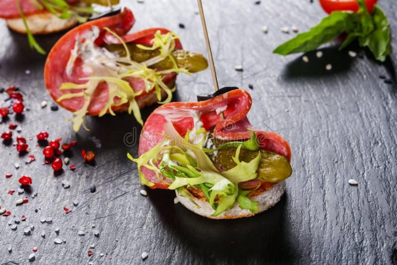 Salami canape z ogórkiem zdjęcia stock