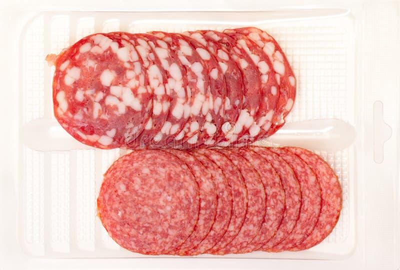 Salami das fatias no recipiente fotos de stock