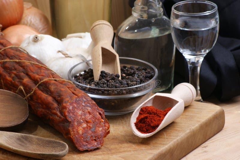 Salami e algum pó orgânico da paprika imagem de stock royalty free