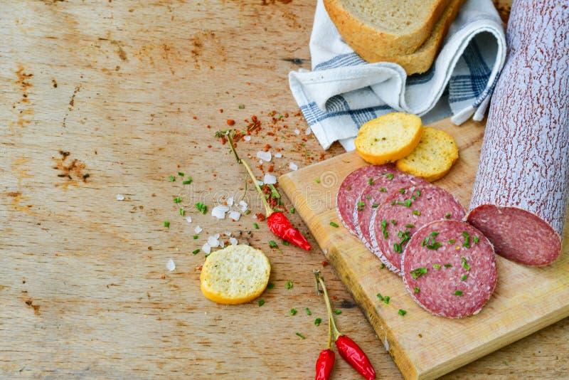 Salami en brood stock afbeelding