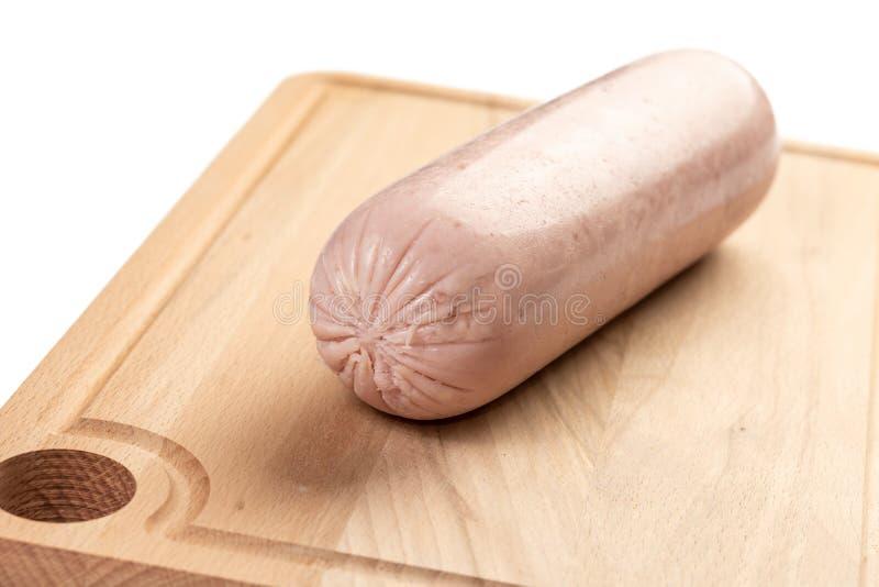 Salami entier de poulet sur le conseil en bois photos stock