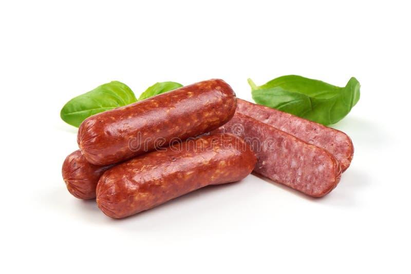 Salami gerookte worsten met kruiden en tomaten die op witte achtergrond worden ge?soleerd stock afbeeldingen