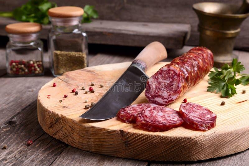 Salami i nóż zdjęcia stock