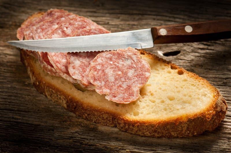 Salami italiano com pão da fatia fotografia de stock royalty free