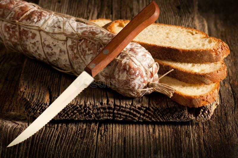 Salami italiano com pão da fatia imagens de stock