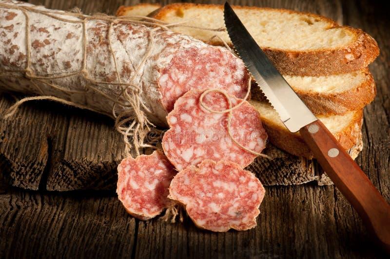 Salami italiano com pão da fatia fotografia de stock