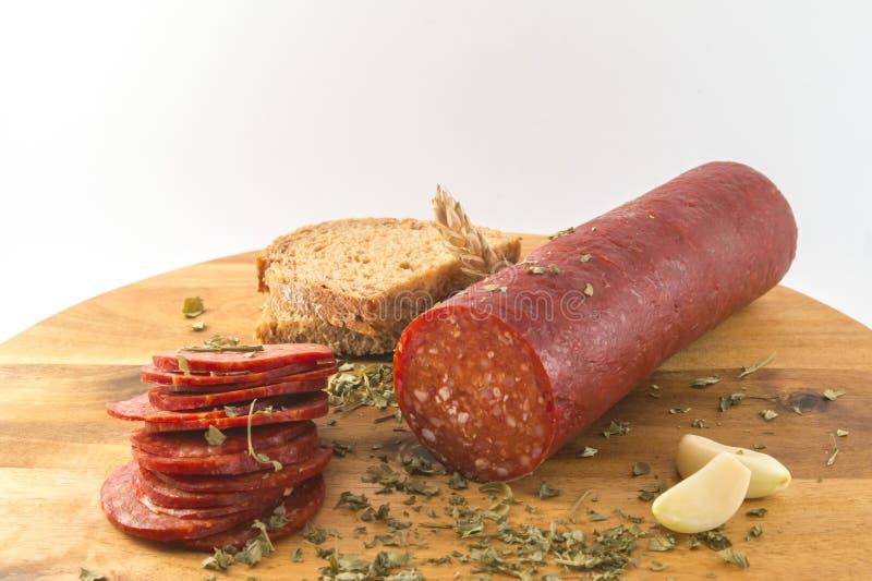 Salami mit Brot auf Holztisch stockfoto