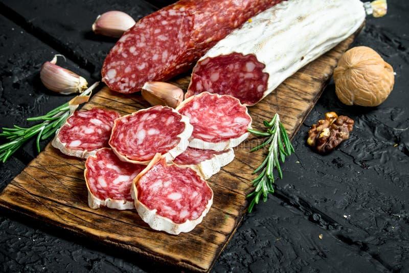 Salami mit Knoblauch und Rosmarin stockfotos