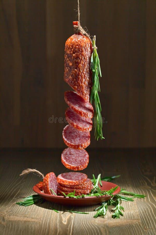 Salami mit Rosmarin lizenzfreie stockfotos