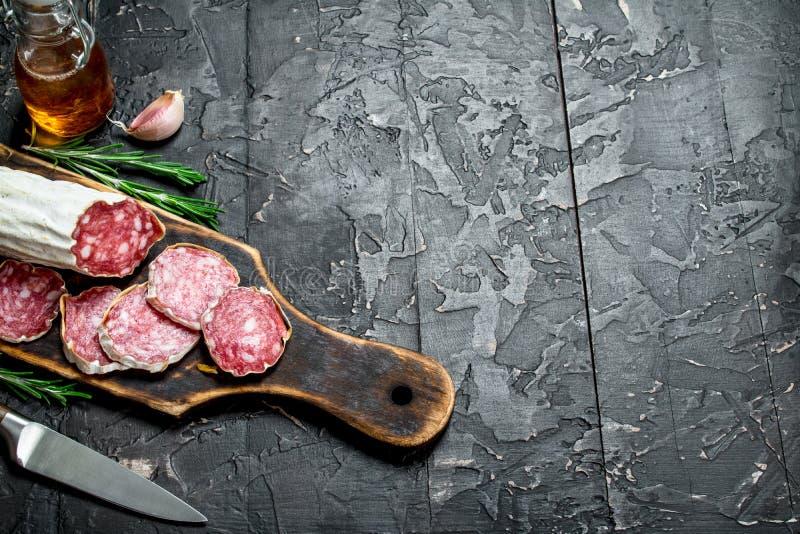 Salami mit wohlriechendem Rosmarin stockbild