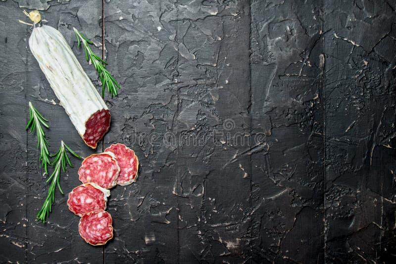 Salami mit wohlriechendem Rosmarin stockfoto