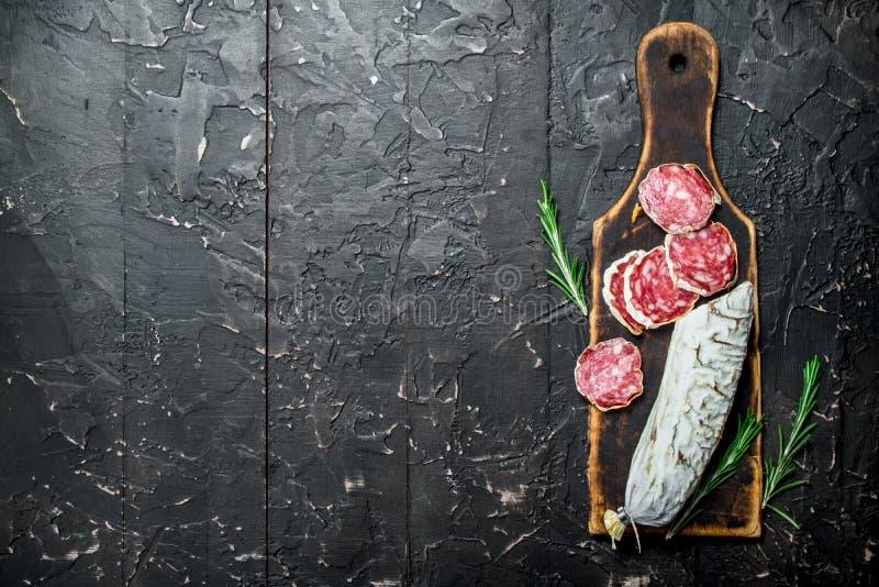 Salami mit wohlriechendem Rosmarin stockfotos