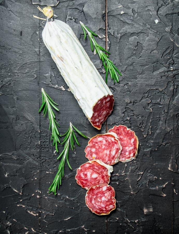 Salami mit wohlriechendem Rosmarin lizenzfreies stockfoto