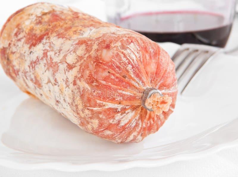 Salami no prato branco. imagens de stock royalty free