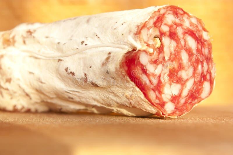 Salami no trencher de madeira imagens de stock
