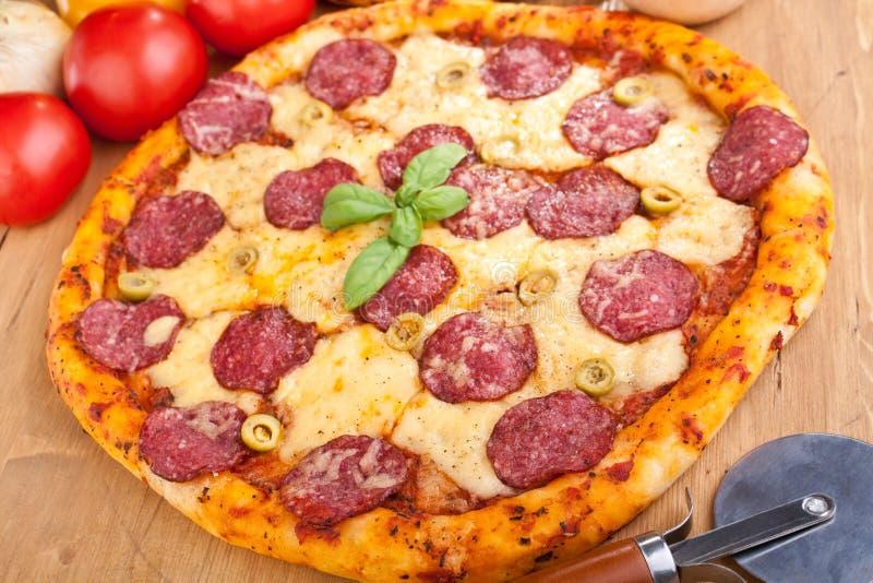 Salami och pizza för gröna oliv fotografering för bildbyråer