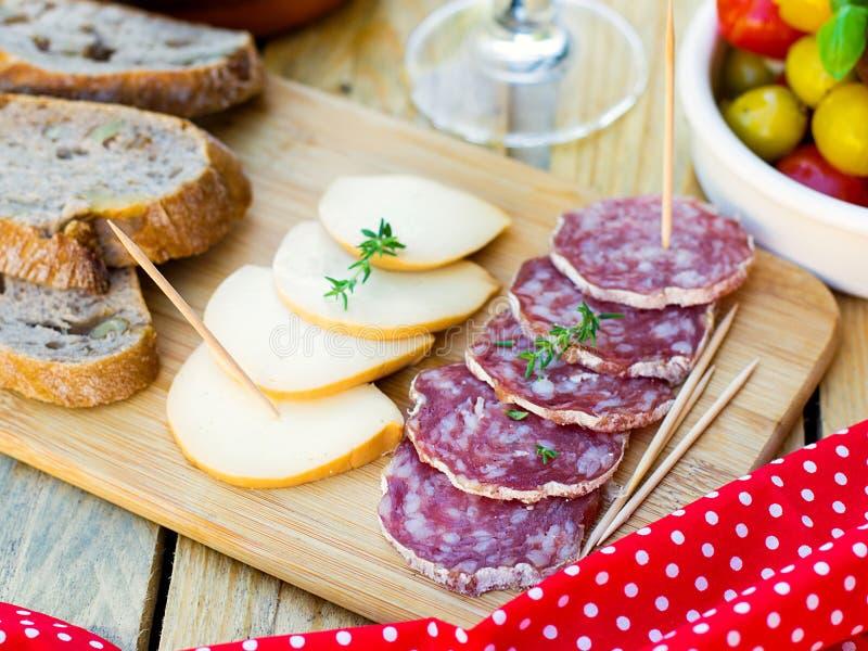Salami och rökt ost för tapas arkivfoto