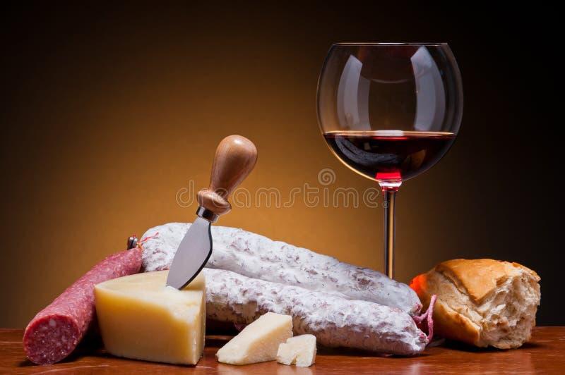 Salami, queso y vino fotos de archivo