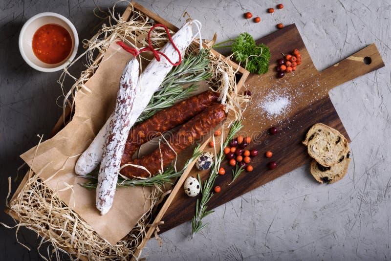 Salami rökte korvantipastoingredienser Köttprodukter i a royaltyfri fotografi